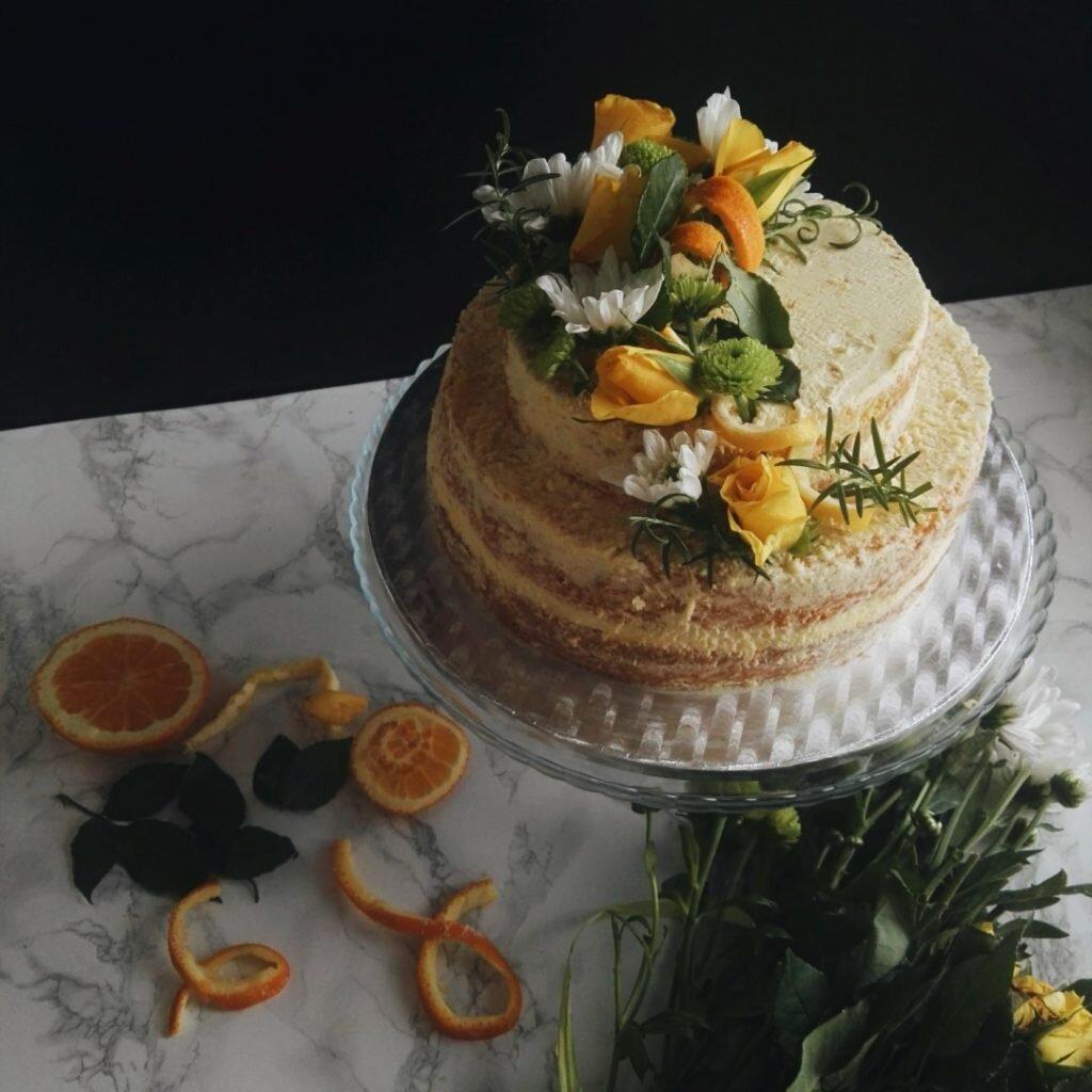 Dwupiętrowy i półnagi tort pomarańczowy na początki i końce 3