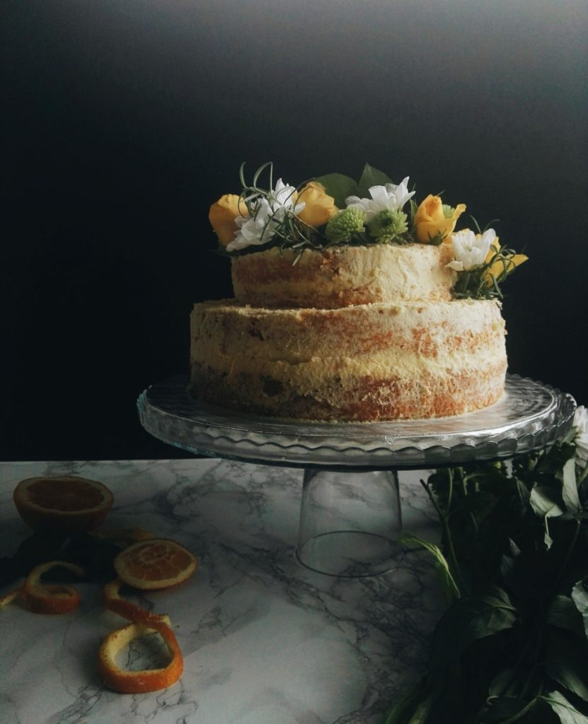 Dwupiętrowy i półnagi tort pomarańczowy na początki i końce 4
