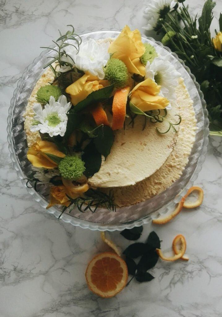 Dwupiętrowy i półnagi tort pomarańczowy na początki i końce 1