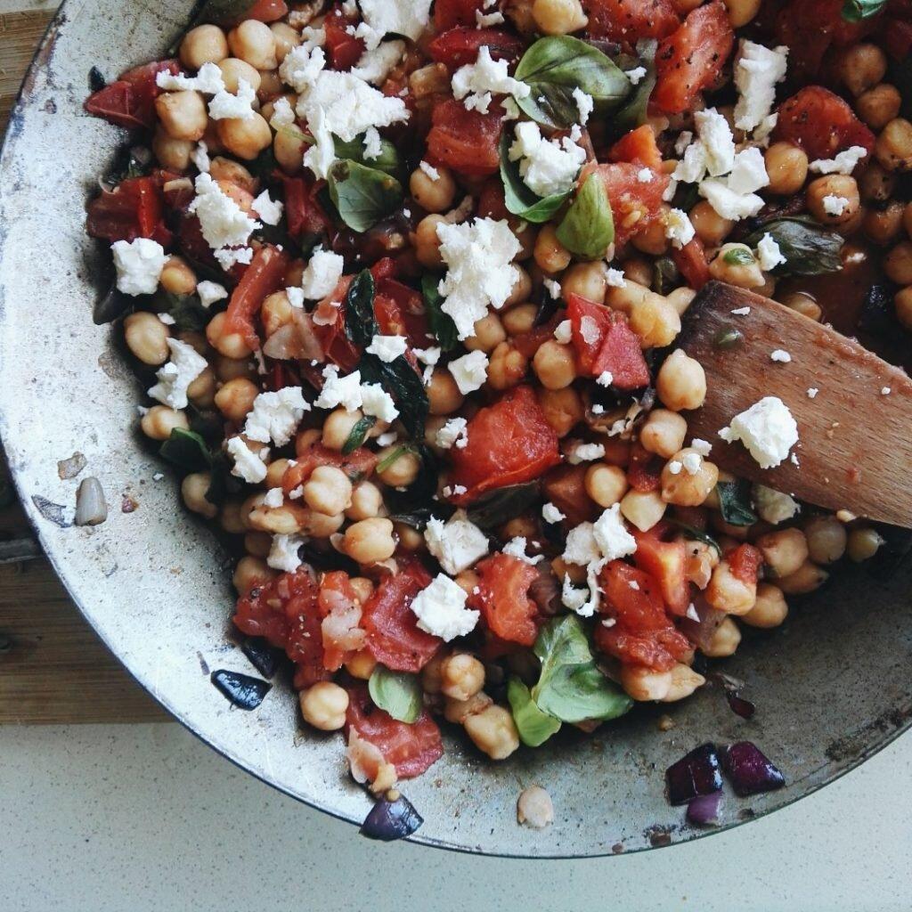 Panzanella z ciecierzycy, pomidorów i kaparów 1