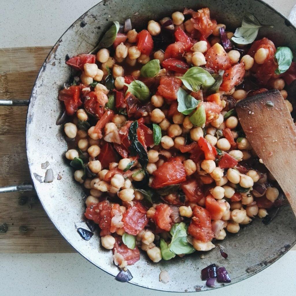 Panzanella z ciecierzycy, pomidorów i kaparów 5