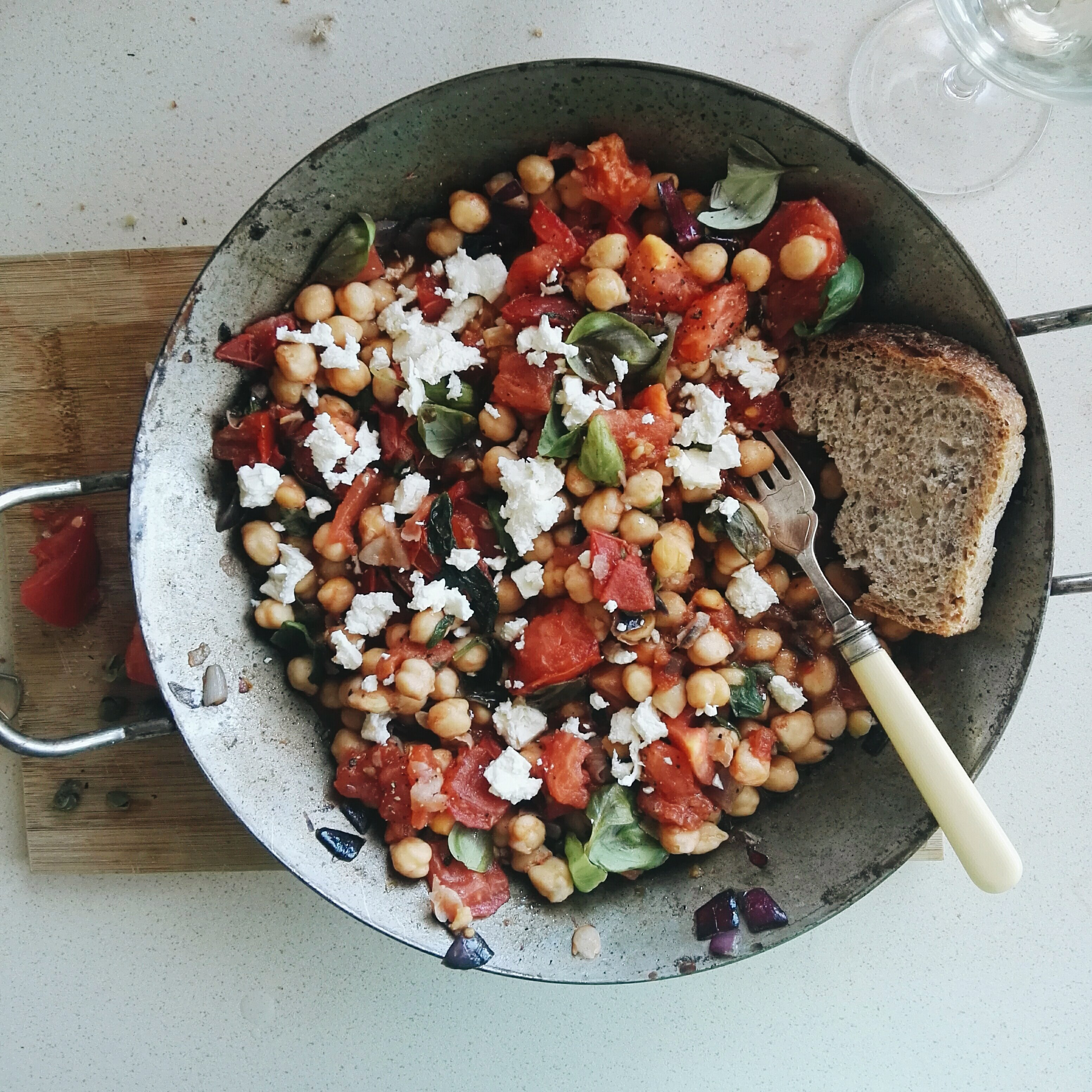 Panzanella z ciecierzycy, pomidorów i kaparów 26