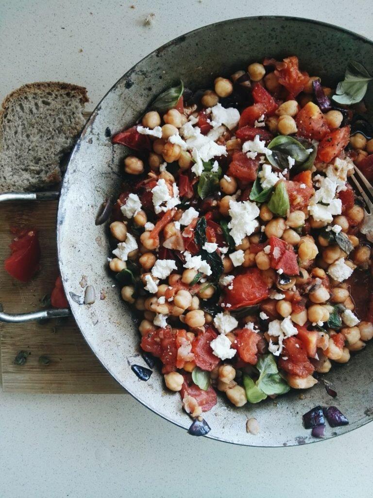 Panzanella z ciecierzycy, pomidorów i kaparów 3