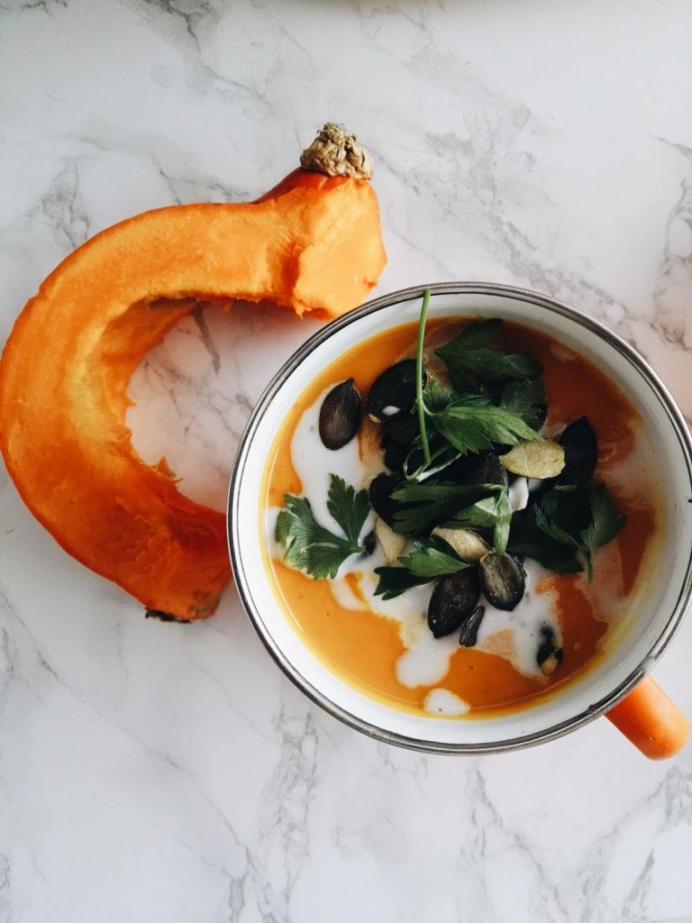 Aksamitny krem dyniowo-batatowy z chili, imbirem i mleczkiem kokosowym 4