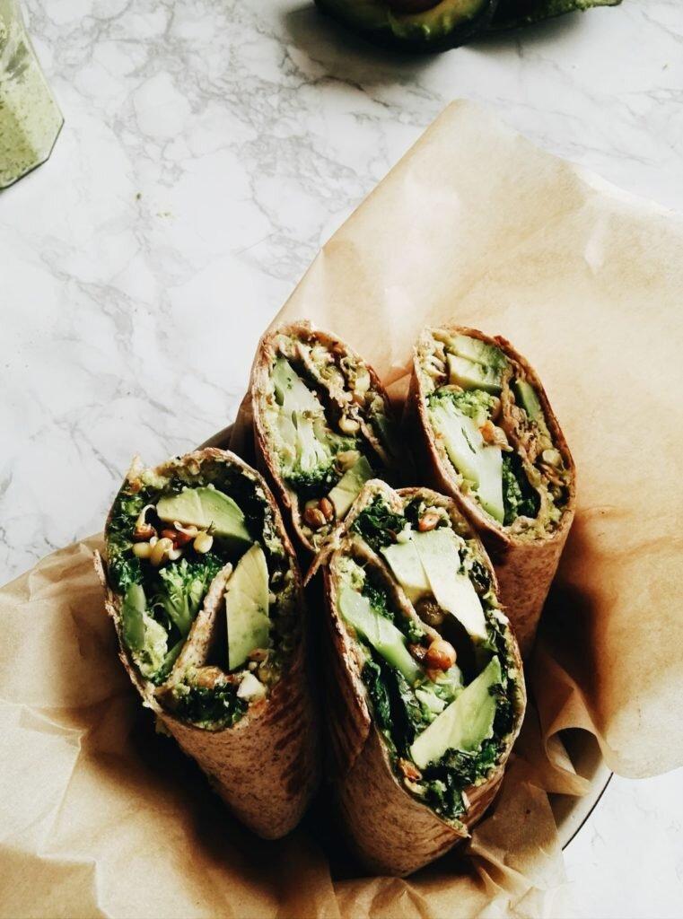 Wegańskie zielone wrapy z brokułem, awokado i wędzonym tofu 4