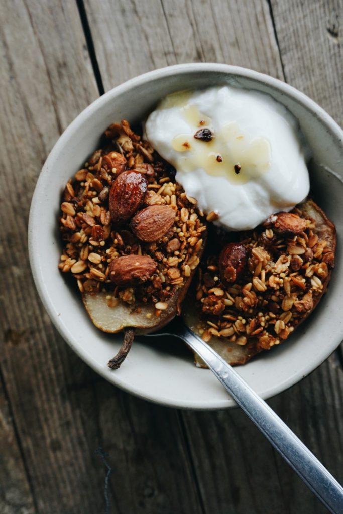 Pieczone gruszki z granolą, kardamonem i miodem 1