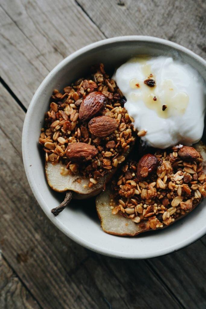 Pieczone gruszki z granolą, kardamonem i miodem 3