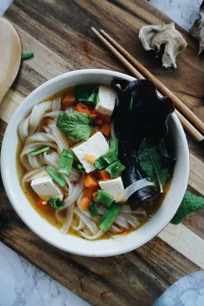 Zupa Pho z dynią, grzybkami shiitake, makaronem ryżowym i tofu <VEGE> 2