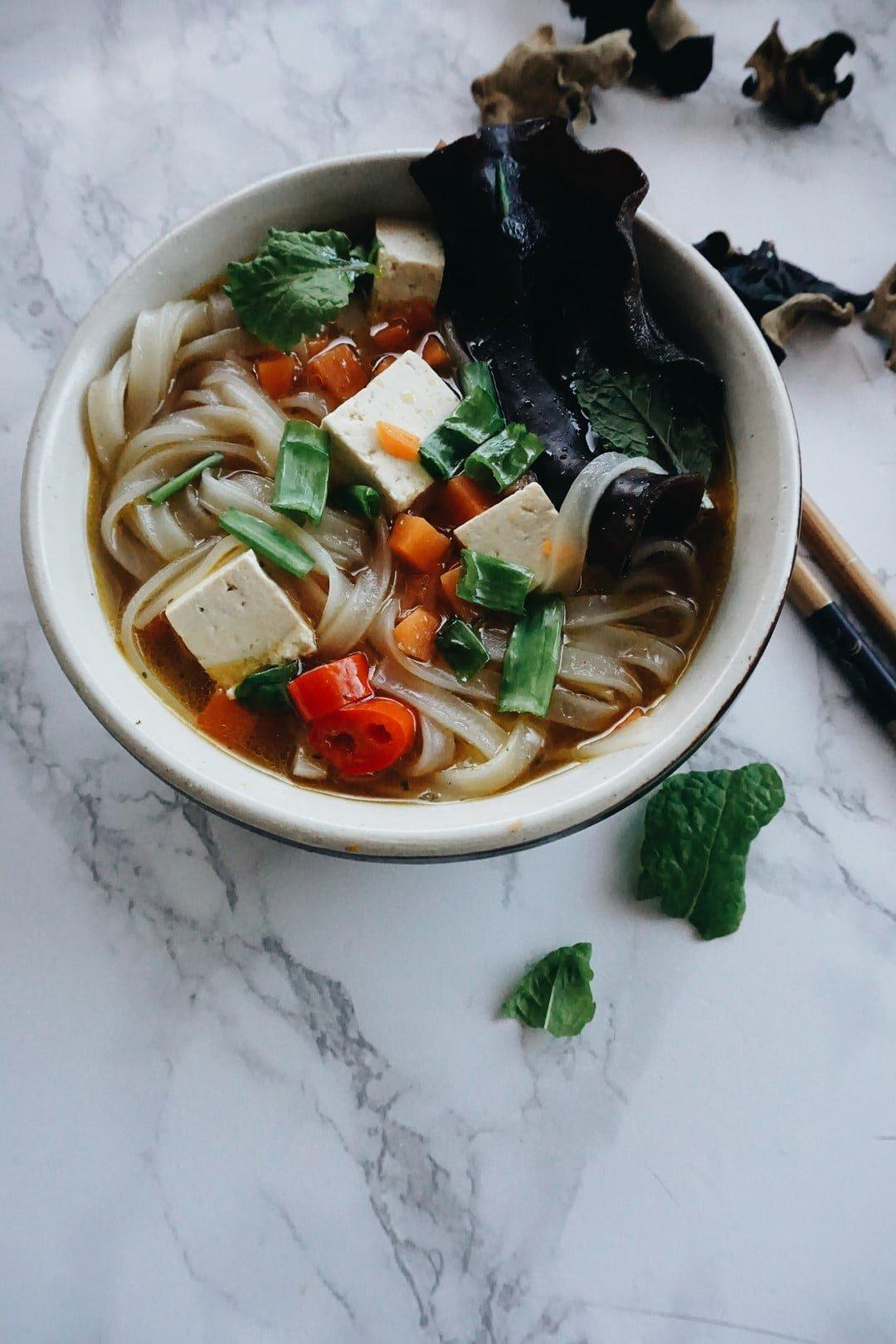 Zupa Pho z dynią, grzybkami shiitake, makaronem ryżowym i tofu <VEGE> 56