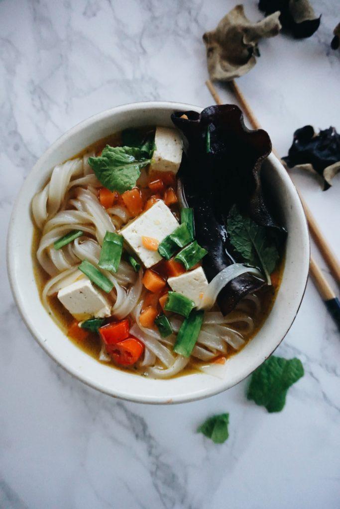 Zupa Pho z dynią, grzybkami shiitake, makaronem ryżowym i tofu <VEGE> 3