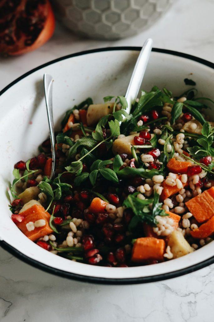 Sałatka z pęczakiem, warzywami korzeniowymi i granatem 1
