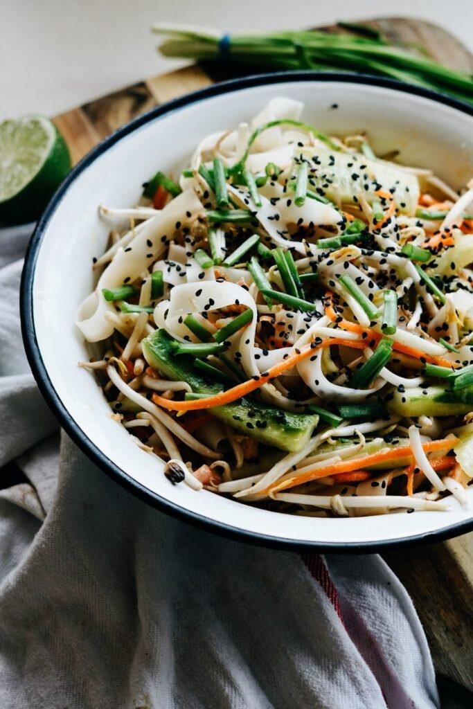 Tajska sałatka z makaronem ryżowym i łososiem 6