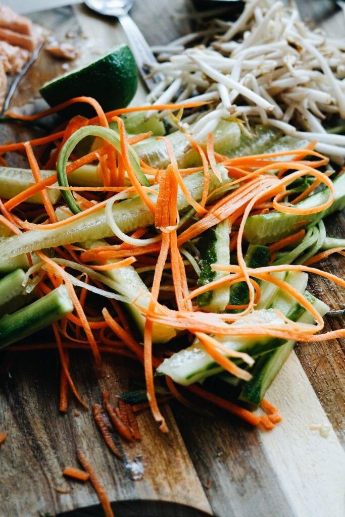 Tajska sałatka z makaronem ryżowym i łososiem 8