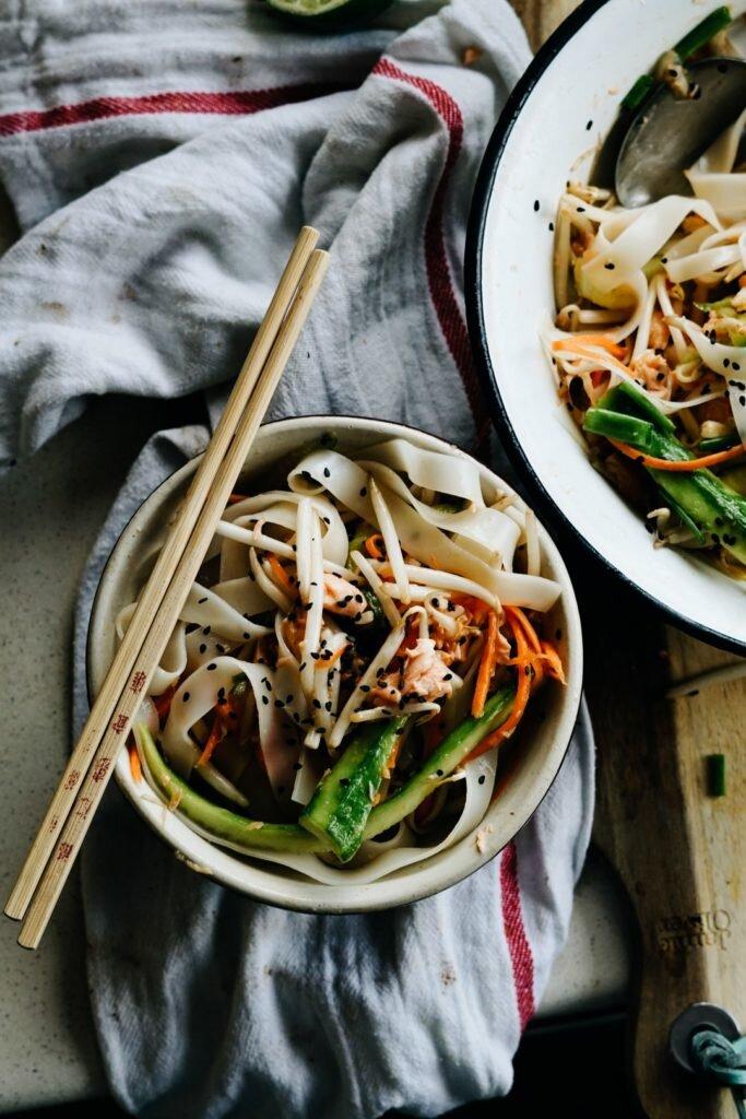 Tajska sałatka z makaronem ryżowym i łososiem 9