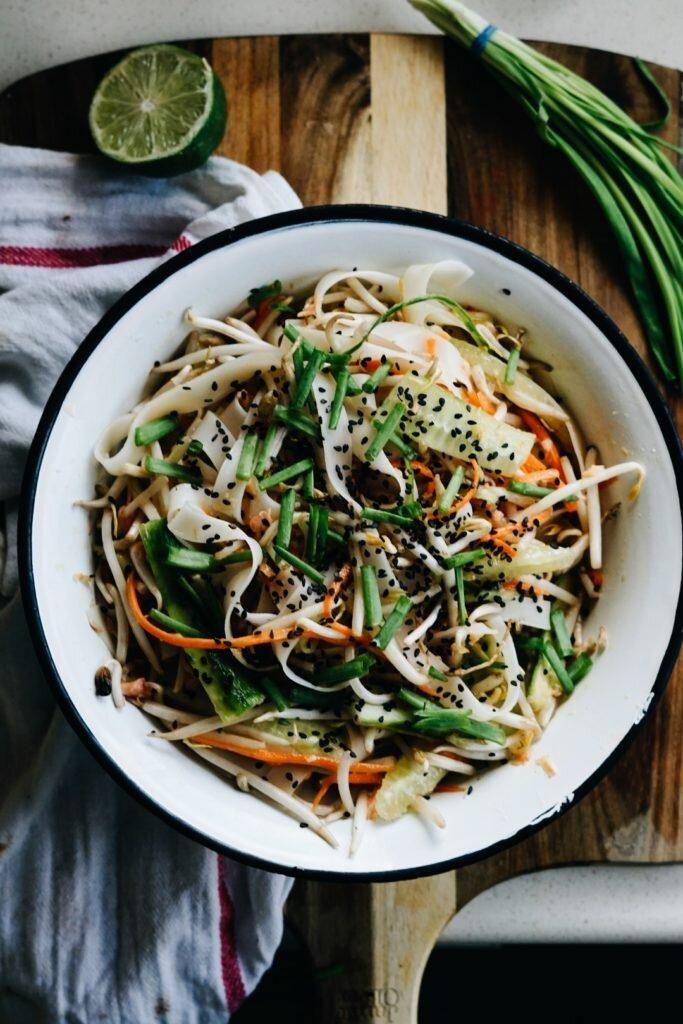 Tajska sałatka z makaronem ryżowym i łososiem 7