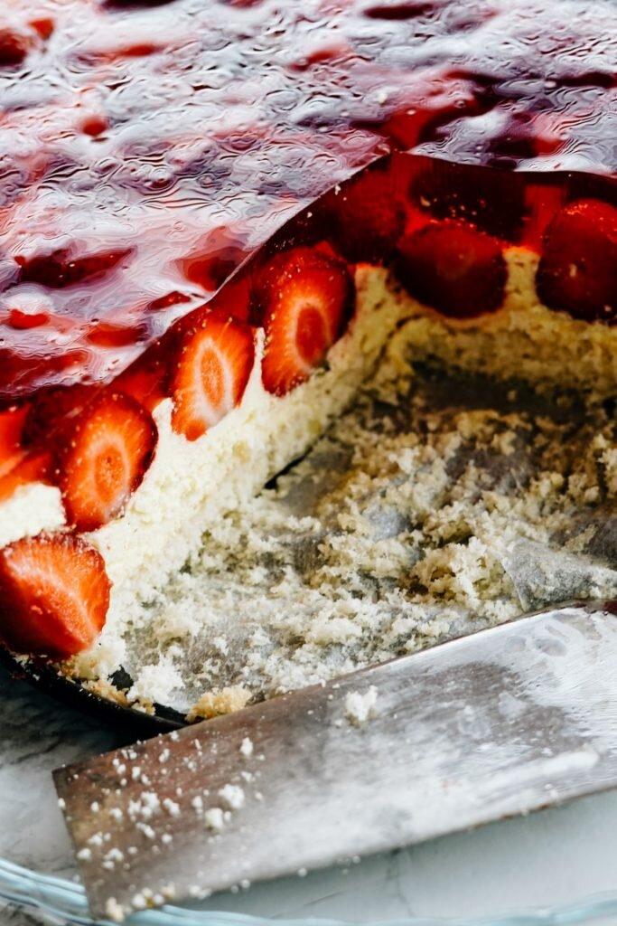 Tort truskawkowy z kremem budyniowo-maślanym i galaretką 8