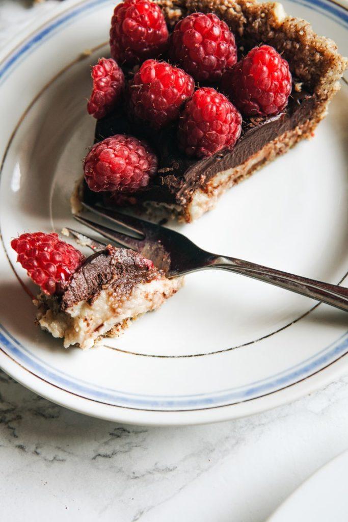 Odżywcza tarta malinowa z czekoladą i kremem nerkowcowym 4