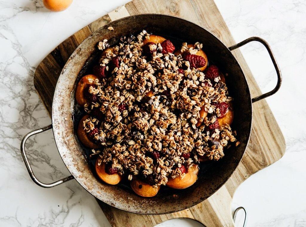 Owoce pod czekoladowo-owsianą kruszonką dla Hello Zdrowie 4