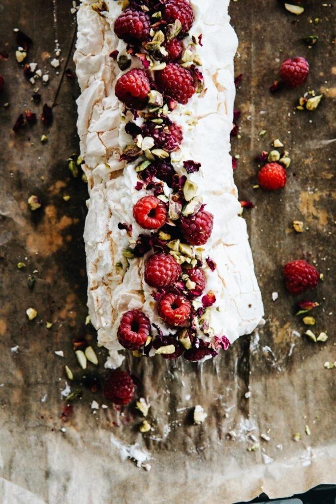 Różana rolada bezowa z malinami i pistacjami 8