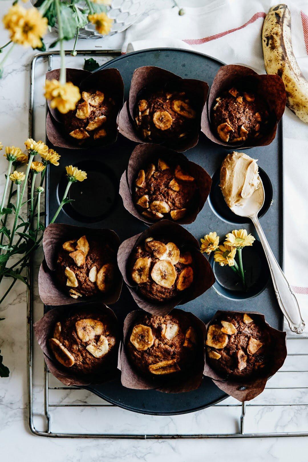 Muffiny z karmelizowanymi bananami, dżemem porzeczkowym i masłem orzechowym 50