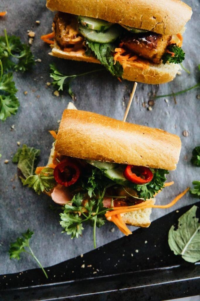 Banh Mi z chrupiącym tofu i piklowanymi warzywami 5