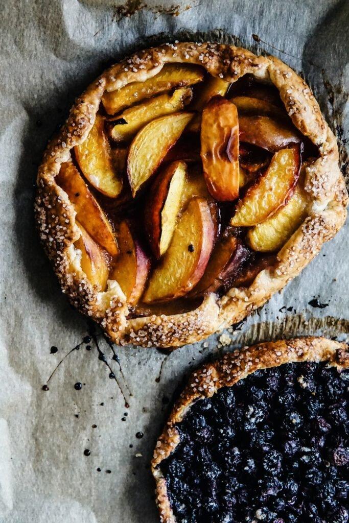 Proste listkujące ciasto z owocami - galette 1