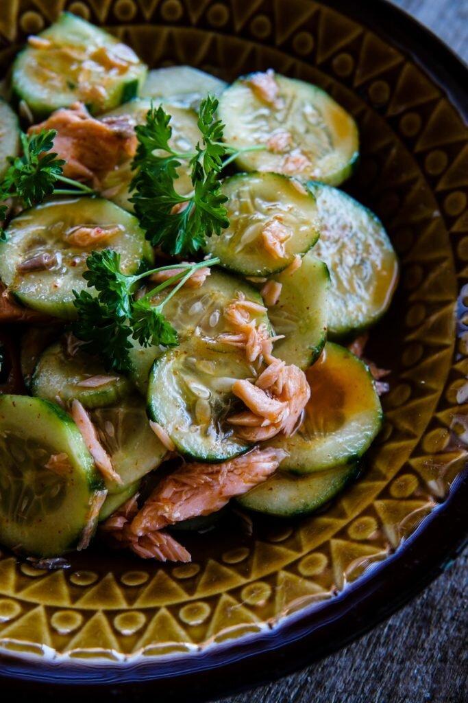Tajska sałatka z ogórków i łososia wędzonego 3