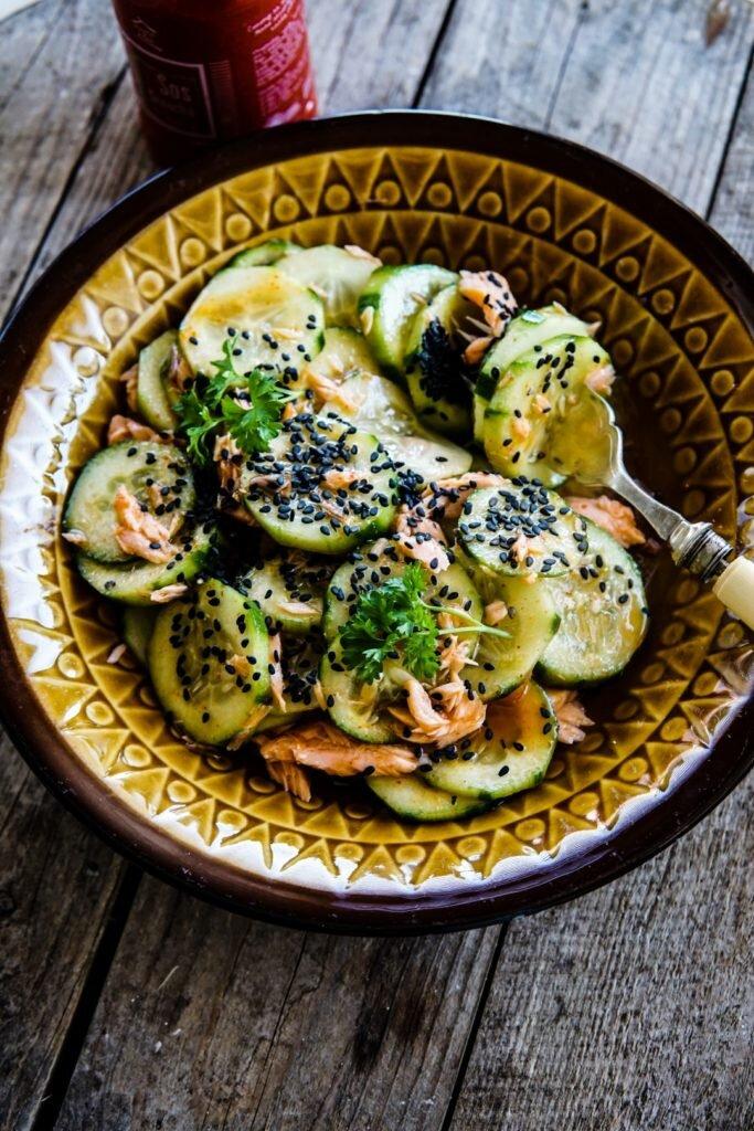 Tajska sałatka z ogórków i łososia wędzonego 4
