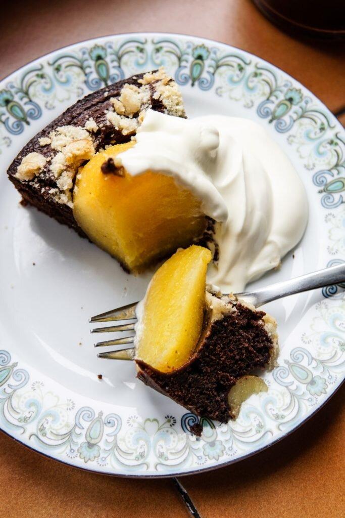Czekoladowe ciasto gruszkowe z kardamonową kruszonką 8