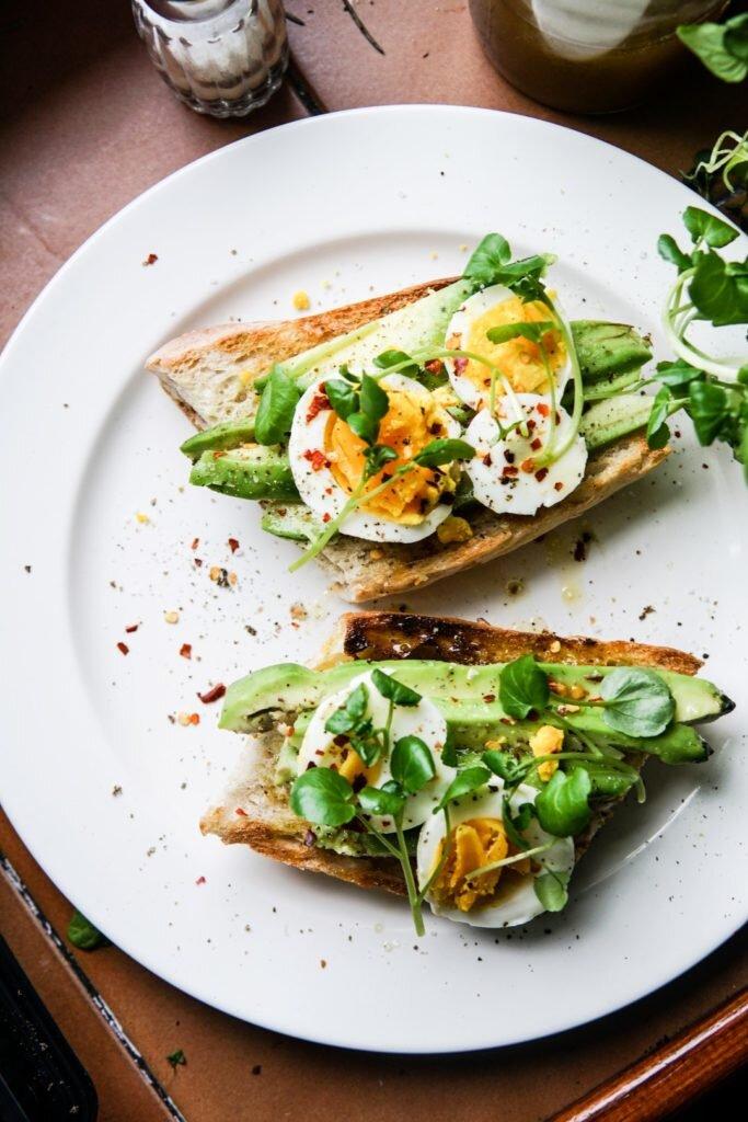 Oliwna bagietka z awokado i jajkiem na półtwardo 1