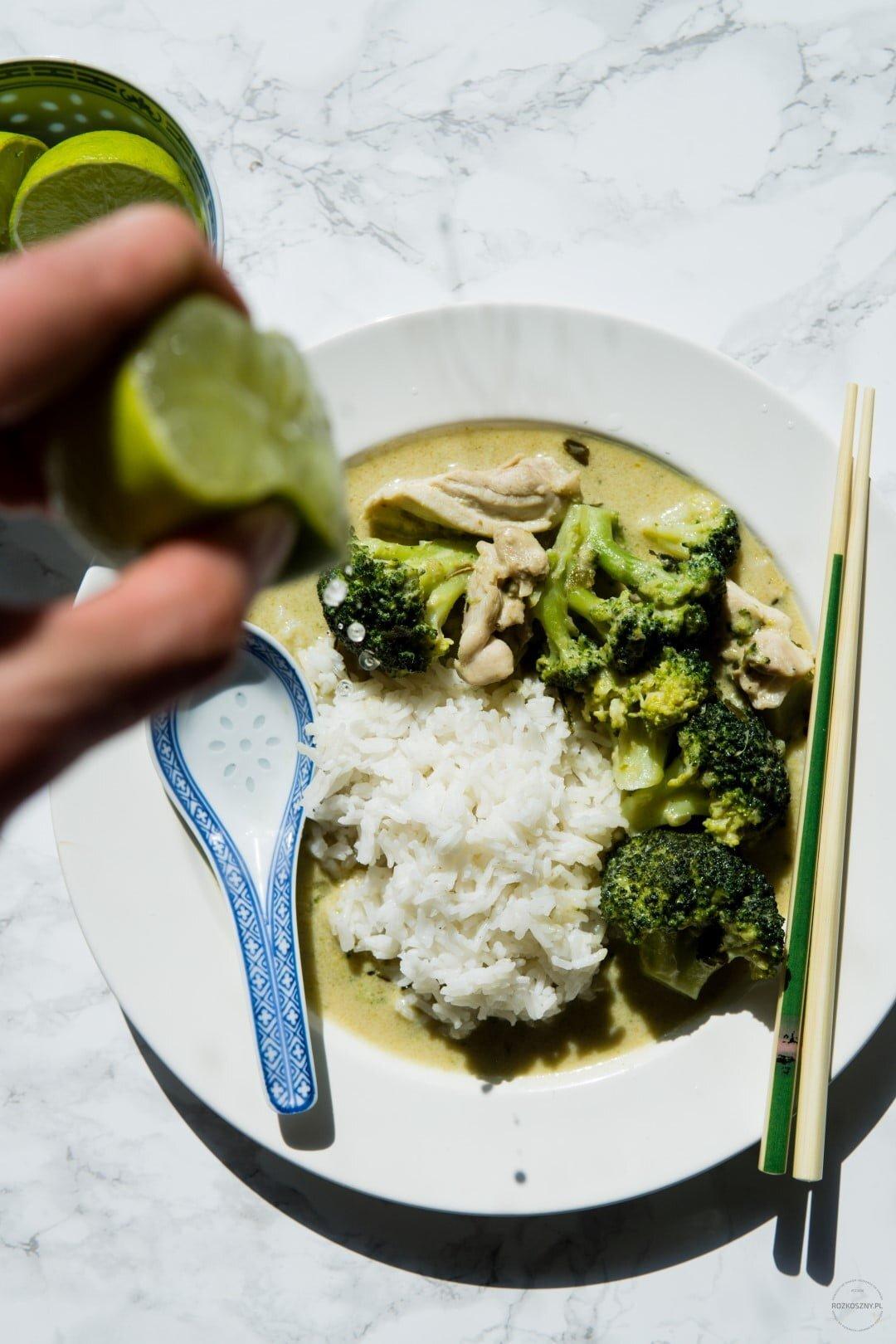 Tajskie zielone curry z kurczakiem i brokułem 30