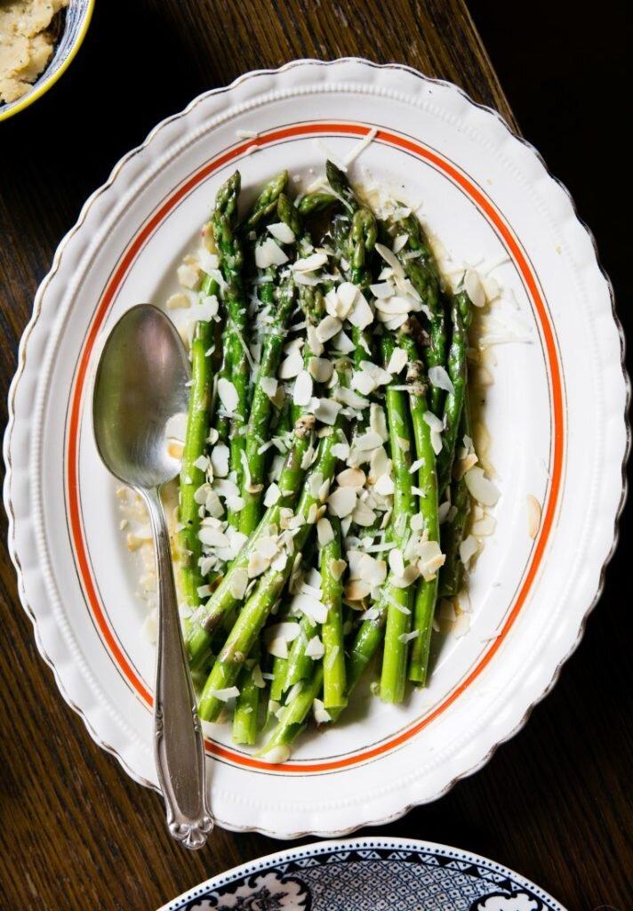 Szparagi w palonym maśle, pecorino i migdałach 2