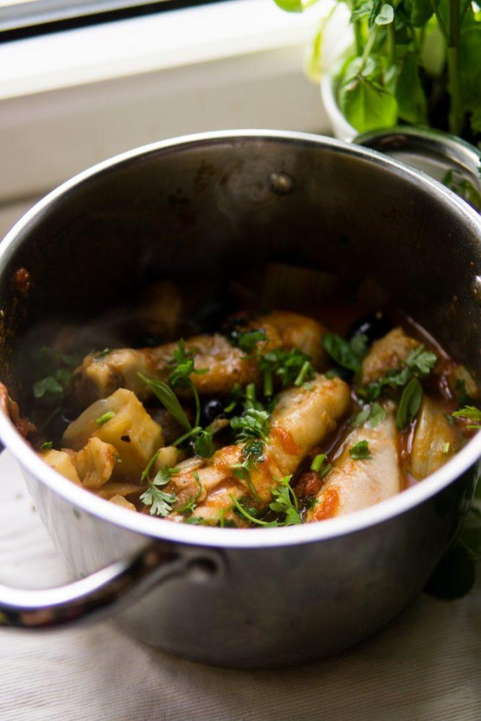 Duszony kurczak z fenkułem, selerem naciowym i oliwkami 4