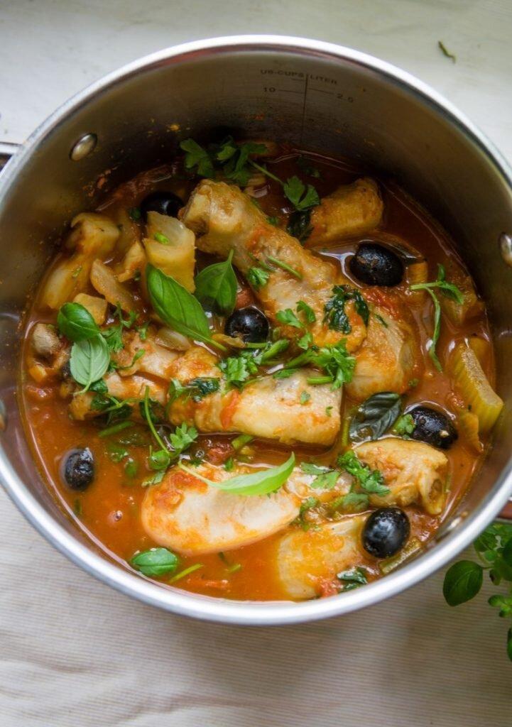 Duszony kurczak z fenkułem, selerem naciowym i oliwkami 3