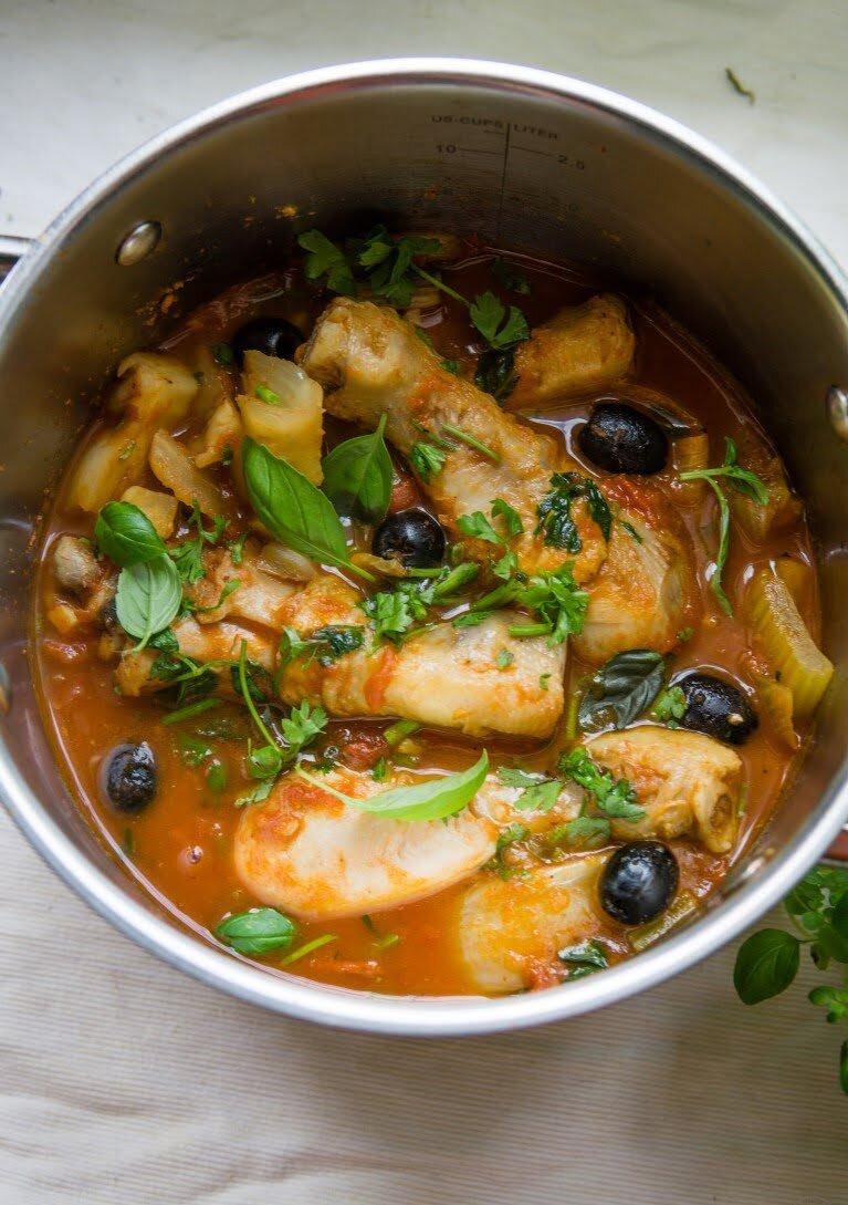 Duszony kurczak z fenkułem, selerem naciowym i oliwkami 20