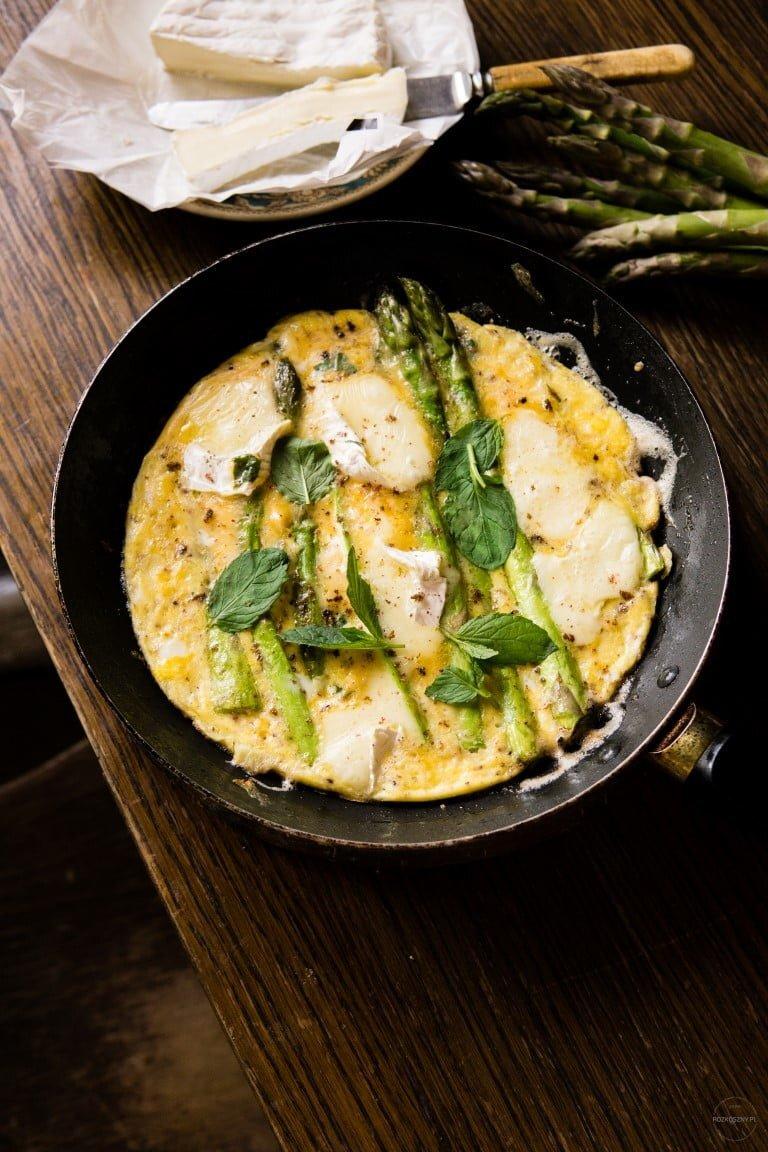 Omlet ze szparagami, camembertem i miętą 2