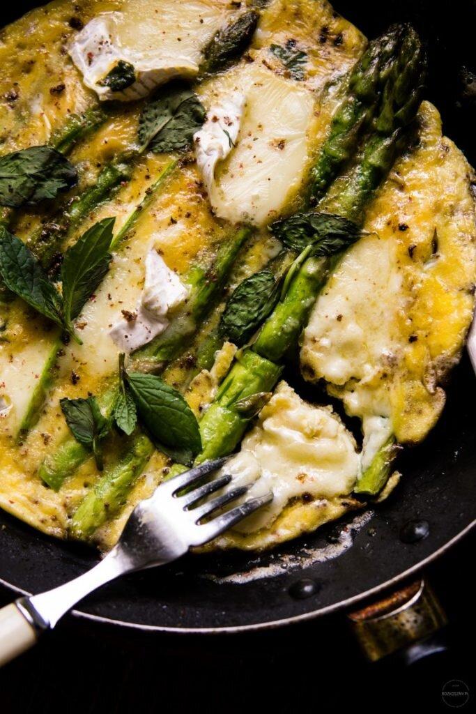 Omlet ze szparagami, camembertem i miętą 4