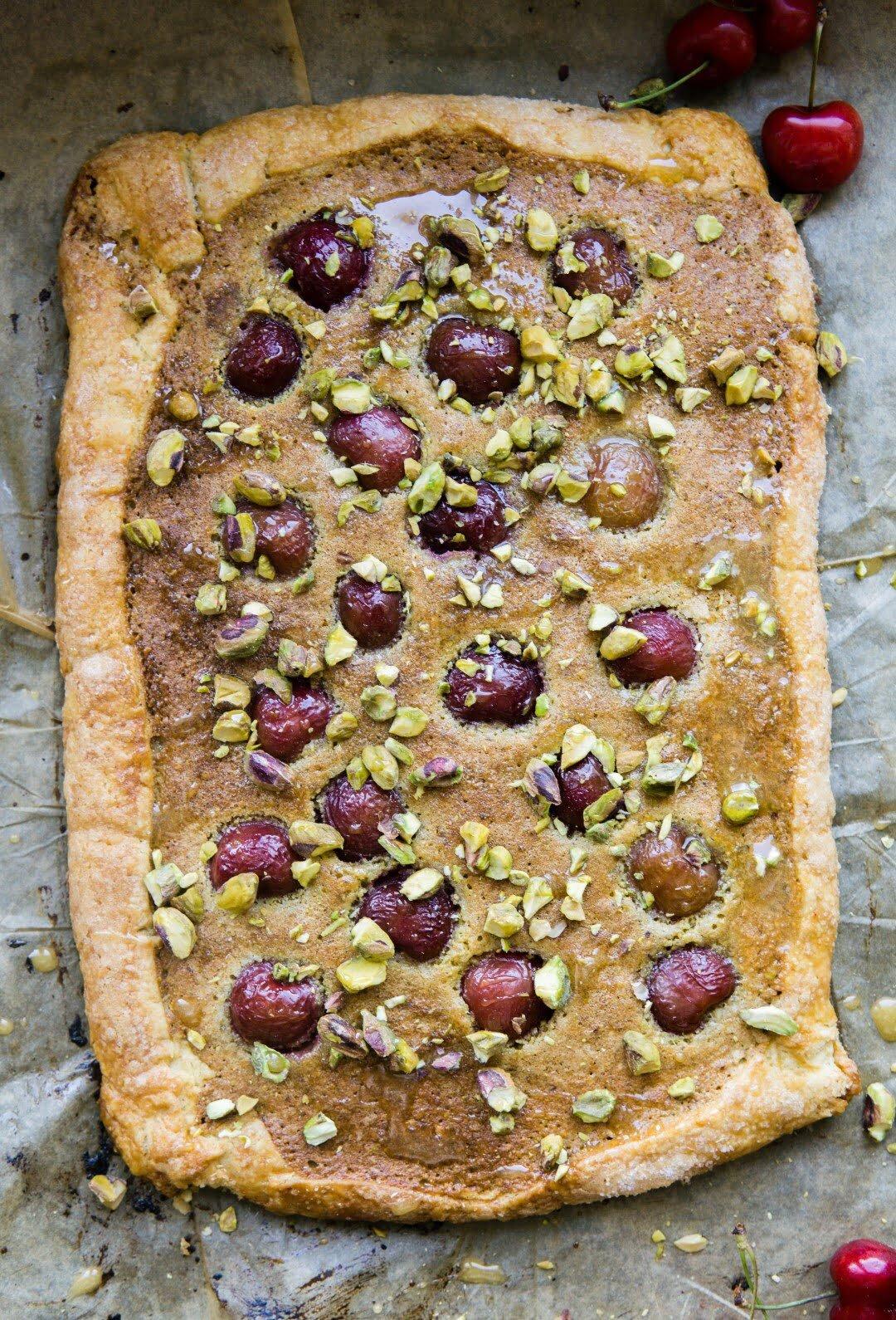 Tarta z kremem pistacjowym z kardamonem i wiśniami 3