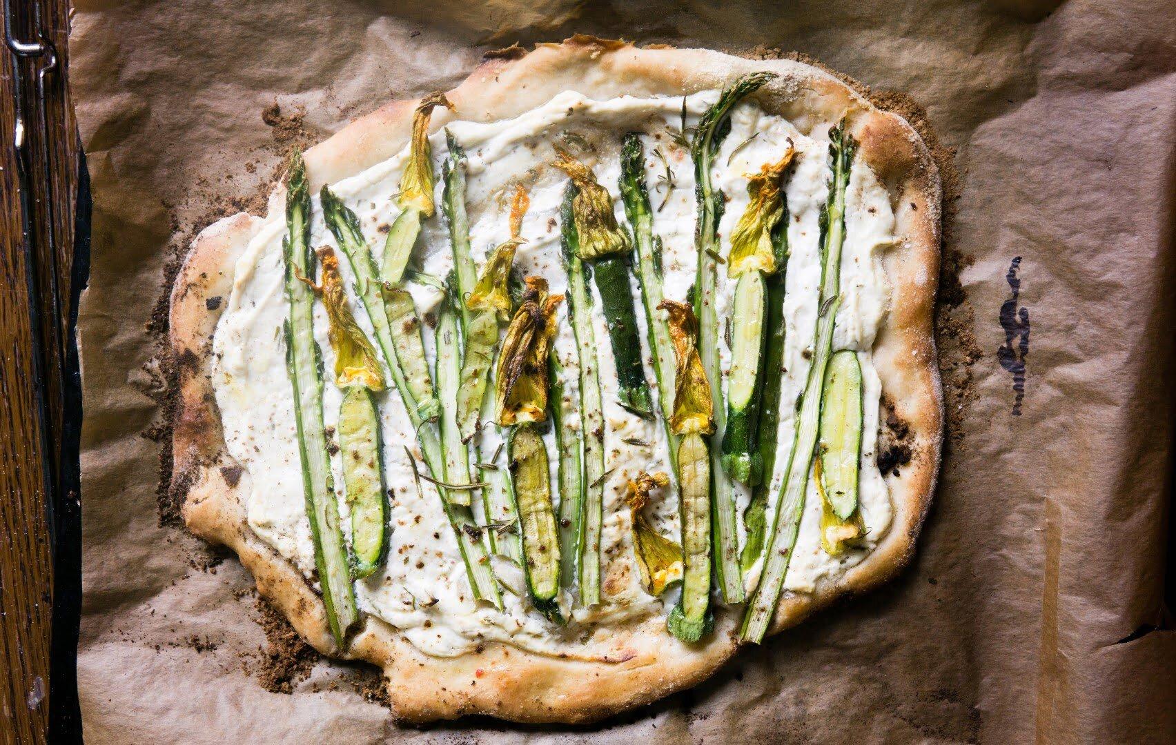 Pizza ze szparagami, kwiatami cukinii i ricottą 4