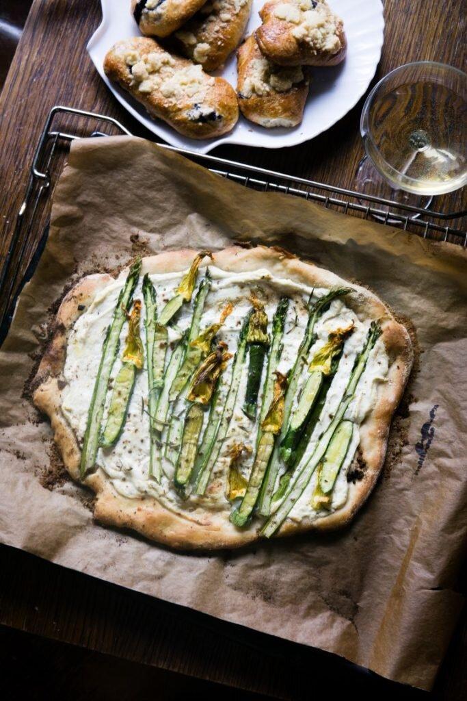 Pizza ze szparagami, kwiatami cukinii i ricottą 5