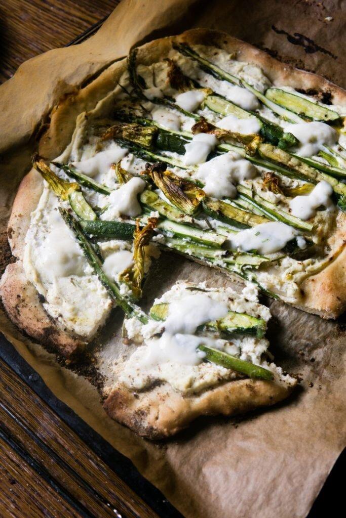 Pizza ze szparagami, kwiatami cukinii i ricottą 3