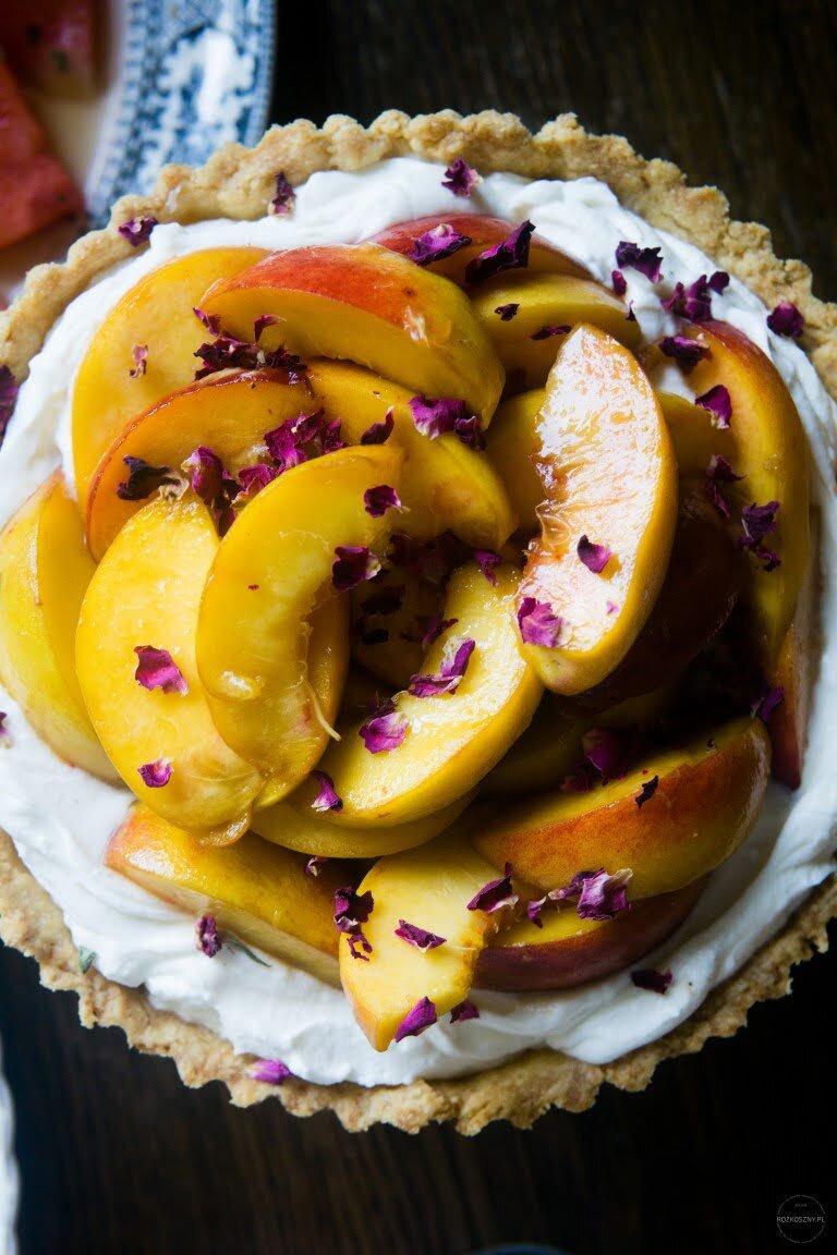 Tarta z kremem różanym i brzoskwiniami 6