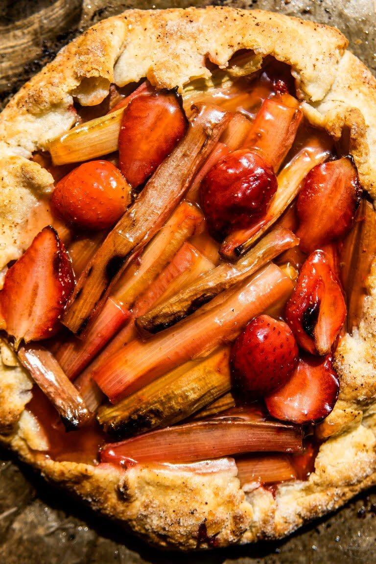 Nieprzyzwoicie maślane listkujące galette z rabarbarem i truskawkami 2