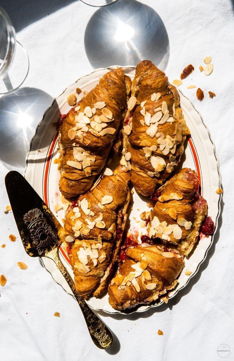 Croissanty zapieczone z kremem migdałowym i malinami 10