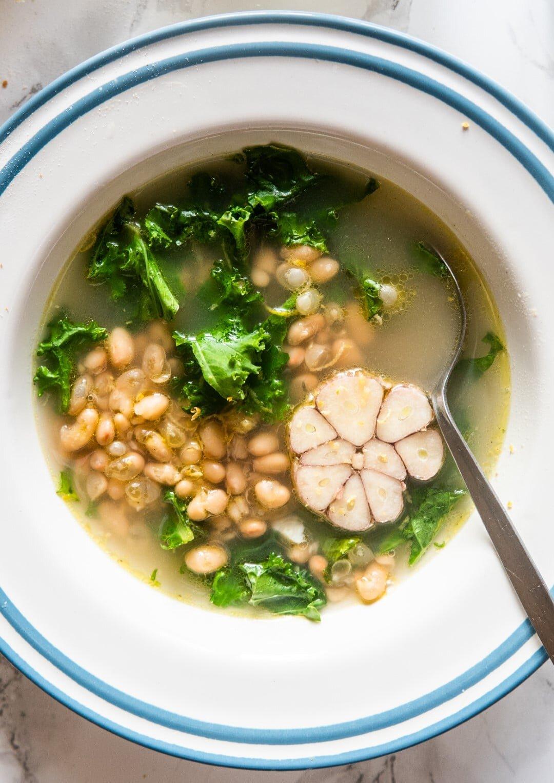 Zupa czosnkowa z fasolą, cytryną i jarmużem + masełko czosnkowe 1