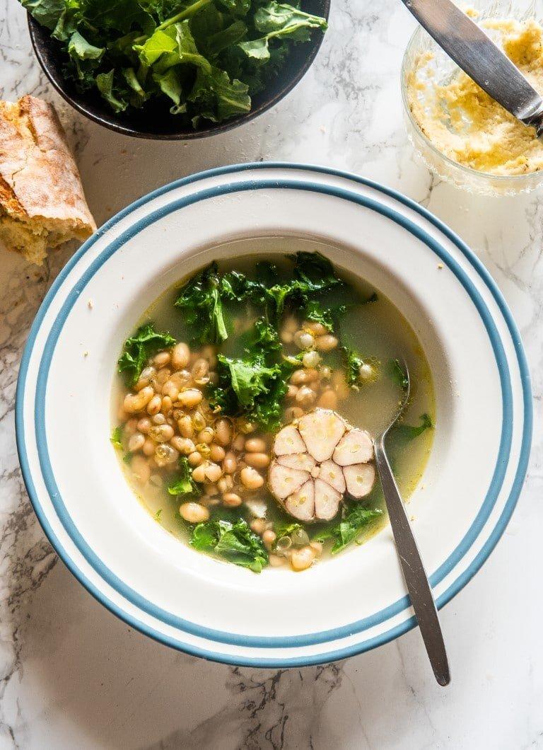 Zupa czosnkowa z fasolą, cytryną i jarmużem + masełko czosnkowe 2