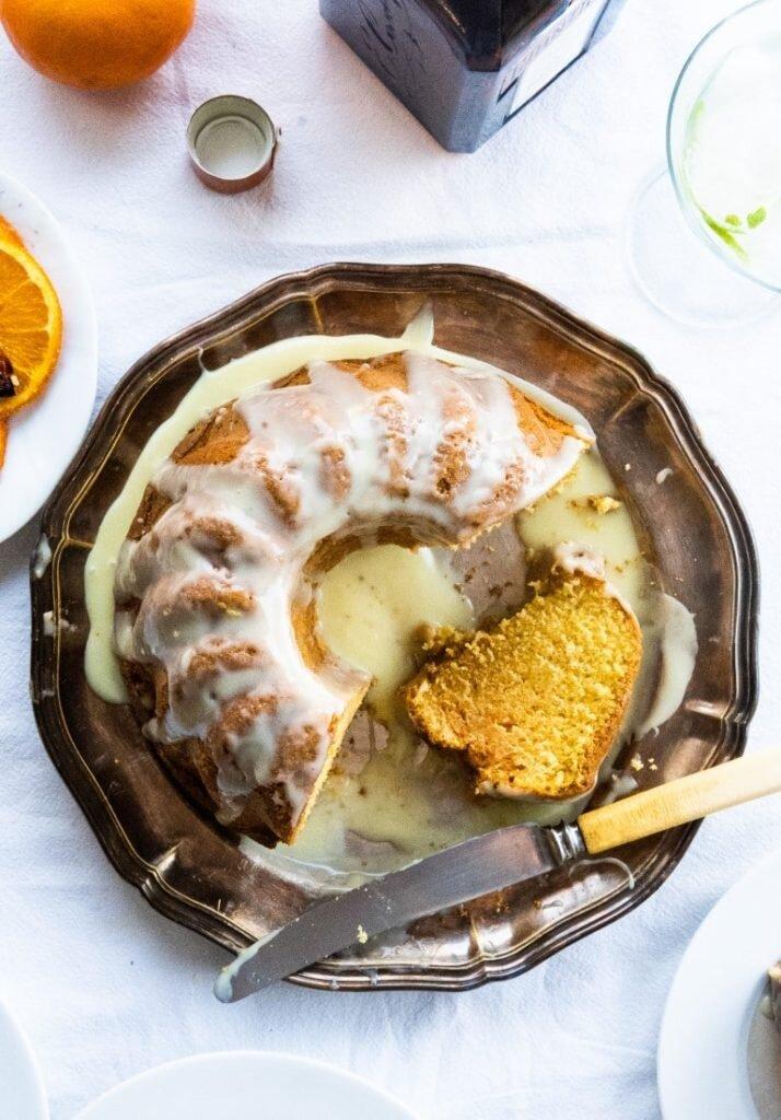 Pomarańczowa babka na likierze Cointreau z polewą z białej czekolady 1